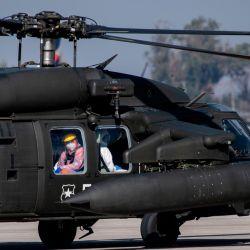 Un helicóptero que transporta a un paciente infectado con COVID-19 se prepara para despegar a la ciudad de Talca, en una base de la Fuerza Aérea de Chile en Santiago, Chile, el 23 de mayo de 2020. - Los pacientes infectados con COVID-19 están siendo trasladados a otras ciudades en El país para liberar espacio en las unidades de cuidados intensivos de los hospitales de Santiago. (Foto por Martin BERNETTI / AFP) | Foto:AFP