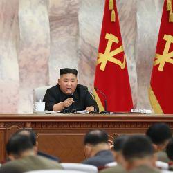 Esta imagen sin fecha publicada por la Agencia Central de Noticias Coreana (KCNA) de Corea del Norte el 24 de mayo de 2020 muestra al líder norcoreano Kim Jong Un asistiendo a la Comisión Militar Central del Partido de los Trabajadores de Corea en un lugar no revelado en Corea del Norte. - Corea del Norte discutió nuevas políticas para aumentar su  | Foto:AFP