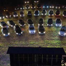 Los asistentes al cine miran una película desde sus autos en un autocine en Les Herbiers, oeste de Francia, el 22 de mayo de 2020, mientras Francia alivia las medidas de cierre adoptadas para frenar la propagación de la enfermedad COVID-19 causada por el nuevo coronavirus. (Foto por LOIC VENANCE / AFP) | Foto:AFP