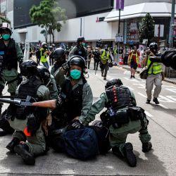 Los manifestantes en favor de la democracia son arrestados por la policía en el distrito de Causeway Bay de Hong Kong el 24 de mayo de 2020, antes de las protestas previstas contra una propuesta para promulgar una nueva legislación de seguridad en Hong Kong. - Se espera que la legislación propuesta prohíba la traición, la subversión y la sedición, y sigue a las reiteradas advertencias de Beijing de que ya no tolerará la disidencia en Hong Kong, que fue sacudida por meses de protestas antigubernamentales masivas, a veces violentas, el año pasado. (Foto por ISAAC LAWRENCE / AFP) | Foto:AFP