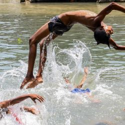 Los jóvenes disfrutan de un baño en un río durante un caluroso día de verano en las afueras de Amritsar el 24 de mayo de 2020. (Foto de NARINDER NANU / AFP) | Foto:AFP