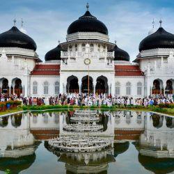 Los indonesios abandonan la gran mezquita de Baiturrahman después de las oraciones de Eid al-Fitr, que marca el final del mes sagrado musulmán del Ramadán en Banda Aceh el 24 de mayo de 2020. (Foto de CHAIDEER MAHYUDDIN / AFP) | Foto:AFP