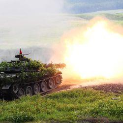 Las fuerzas de autodefensa terrestres de Japón disparan tanques tipo 74 durante el ejercicio anual de fuego vivo de las fuerzas de autodefensa terrestres de Japón en el campo de tiro de Higashi-Fuji en Gotemba, en la prefectura de Shizuoka, el 23 de mayo de 2020. (Foto de Charly TRIBALLEAU / POOL / AFP) | Foto:AFP