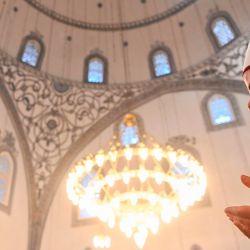 Un imán asiste a las oraciones de Eid al-Fitr, en la Gran Mezquita de Pristina el 24 de mayo de 2020, ya que las mezquitas aún están cerradas a eventos públicos, una medida preventiva contra el nuevo coronavirus COVID-19. (Foto por Armend NIMANI / AFP) | Foto:AFP