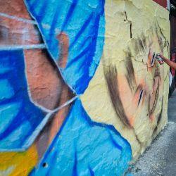 El artista urbano Alejandro Bautista Torres, de 38 años, también conocido como Kato, pinta un mural relacionado con el coronavirus, en la Ciudad de México, el 22 de mayo de 2020, durante la nueva pandemia COVID-19. (Foto por Pedro PARDO / AFP) | Foto:AFP