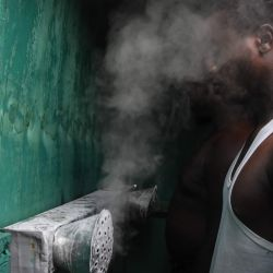 Un hombre inhala vapores en una cabina instalada por el herbolario tanzano Msafiri Mjema en Dar es Salaam, Tanzania, el 22 de mayo de 2020 como tratamiento preventivo contra el coronavirus COVID-19. - Las personas que deseen someterse al tratamiento pagarán 1000 chelines tanzanos (alrededor de menos de medio dólar estadounidense) para ingresar a la cabina e inhalar vapores de agua y sal, durante 5 a 10 minutos. Las inhalaciones de vapor son un tratamiento tradicional popular para la gripe, la fiebre alta y la malaria. El presidente de Tanzania, John Magufuli, dijo que uno de sus hijos había contraído el coronavirus COVID-19 y se había recuperado gracias a las inhalaciones de vapor con limones y jengibre. Tanzania es uno de los pocos países de África que no ha tomado medidas exhaustivas contra el virus. (Foto por Ericky BONIPHACE / AFP) | Foto:AFP