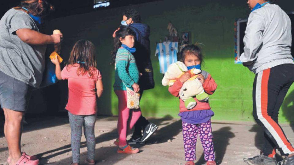 Pobreza infantil. Tomando los estimados de la caída del PBI, aumentará del 53% a más del 58%.