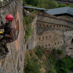 Un operario trabajando en altura en la reconstrucción de la fortaleza del emperador Francisco, en Coblenza. La ciudad quiere revivir uno de los mayores complejos fortificados de Europa. Foto: Thomas Frey, dpa.