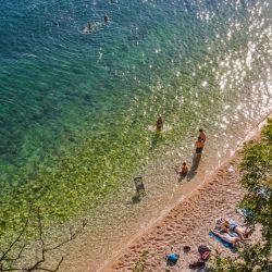 Con más de 1.200 islas a lo largo de su pintoresca costa sobre el Adriático, Croacia cuenta con tantas playas que las webs de turismo incluso publican ránkings de las mejores para que los turistas sepan a cuáles dirigirse.