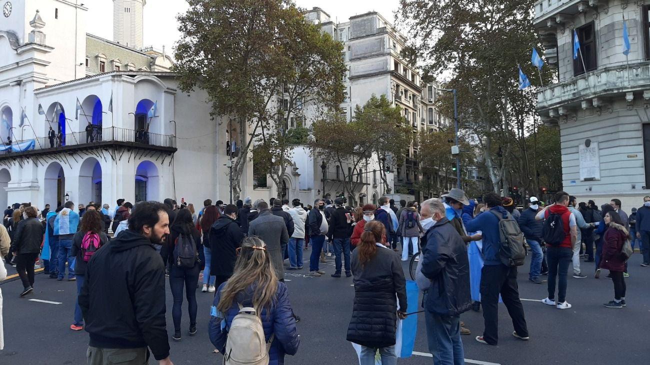 Manifestantes se reunieron en Plaza de Mayo para pedir el fin de la cuarentena.