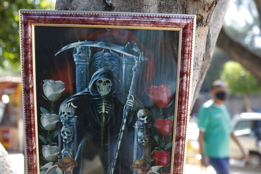 Una imagen de San La Muerte a las puerta de un hospital con enfermos de Covid-19.