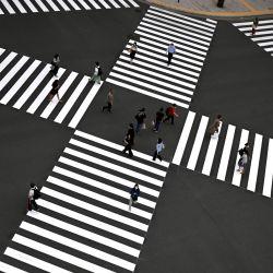Las personas que usan máscaras faciales en medio de las preocupaciones por el coronavirus COVID-19 cruzan una calle en Tokio el 25 de mayo de 2020. - Se esperaba que el primer ministro de Japón levantara el estado de emergencia en la región de Tokio el 25 de mayo, después de la semana pasada levantarlo por La región alrededor de Osaka y Kioto. (Foto por CHARLY TRIBALLEAU / AFP) | Foto:AFP