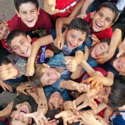Niños sirios juegan en un patio improvisado durante las celebraciones de Eid al-Fitr, la festividad musulmana que comienza con la conclusión del mes de ayuno sagrado del Ramadán, en Binnish, en la provincia siria de Idlib, en el noroeste de Siria, controlada por los rebeldes. Foto de OMAR HAJ KADOUR / AFP) | Foto:AFP