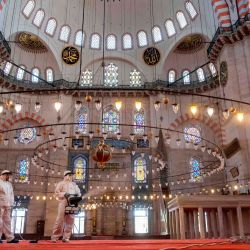 Los trabajadores del municipio de Fatih desinfectan la mezquita de Suleymaniye antes de su reapertura el último día del Eid al-Fitr en Estambul, el 26 de mayo de 2020, en medio de la propagación de la pandemia COVID-19, causada por el nuevo coronavirus. - El 29 de mayo, Turquía abrirá parcialmente algunas mezquitas para oraciones, siempre que se sigan las reglas de distanciamiento social. El toque de queda se implementó en 81 ciudades turcas, incluida Estambul, del 23 al 26 de mayo de 2020 para frenar la propagación de la pandemia en curso de la enfermedad COVID-19 causada por el coronavirus SARS-CoV-2. El cierre coincide con el festival de Eid al-Fitr, que marca el final del mes de ayuno musulmán del Ramadán. (Foto por Yasin AKGUL / AFP) | Foto:AFP