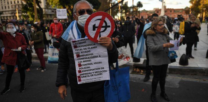 Buenos Aires: Unas 200 personas se manifestaron hoy frente al Cabildo, en torno a la Plaza de Mayo, en protesta contra el aislamiento obligatorio dispuesto por la pandemia de coronavirus, debido a que consideran que esa medida