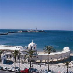 La Playa de la Caleta, en Cádiz, tendrá normativas especiales a partir de la apertura al turismo que España tendrá desde julio.