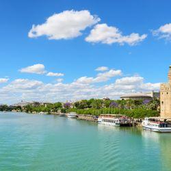 Vista de Sevilla y del río Guadalquivir. España prevé recibir turistas internacionales en condiciones seguras a partir del 1 de julio.