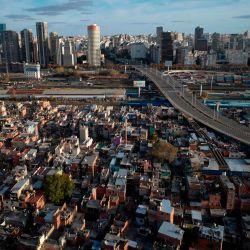 Vista aérea de Villa 31, uno de los barrios marginales más grandes de Buenos Aires, tomada el 23 de mayo de 2020 durante la nueva pandemia de coronavirus COVID-19. - Los vecindarios superpoblados y una gran población dentro de los niveles de pobreza son un gran desafío al que se enfrentan los países latinoamericanos durante esta pandemia global. (Foto por Emiliano LASALVIA / AFP) | Foto:AFP