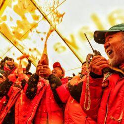 Los colegas en el campamento base celebran después de que un grupo de topógrafos chinos llegó a la cumbre del Monte Everest en la Región Autónoma del Tíbet de China el 27 de mayo de 2020. - Un grupo de topógrafos chinos el 27 de mayo se convirtió en el primer equipo este año en alcanzar la cima del Monte Everest, donde intentarán determinar la altura del pico más alto del mundo utilizando tecnología satelital. (Foto por STR / AFP) / China OUT | Foto:AFP