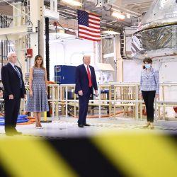 El presidente de los Estados Unidos, Donald Trump, acompañado por la primera dama Melania Trump, el vicepresidente de los Estados Unidos, Mike Pence y Karen Pence, recorren las instalaciones de la NASA antes de ver el lanzamiento de SpaceX en el Centro Espacial Kennedy en Florida el 27 de mayo de 2020. - El presidente de los Estados Unidos, Donald Trump, viaja a Florida para vea el primer lanzamiento tripulado histórico del cohete SpaceX Falcon 9 con la nave espacial Crew Dragon, el primero en lanzarse desde Cabo Cañaveral desde el final del programa del transbordador espacial en 2011. (Foto de Brendan Smialowski / AFP) | Foto:AFP
