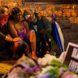 Shawanda Hill (C), la novia de George Floyd reacciona cerca del lugar donde murió mientras estaba bajo custodia de la Policía de Minneapolis, el 26 de mayo de 2020 en Minneapolis, Minnesota. - Un video de un hombre negro esposado muriendo mientras un oficial de Minneapolis se arrodilló en su cuello por más de cinco minutos provocó un nuevo furor en los Estados Unidos por el tratamiento policial de afroamericanos el martes. El alcalde de Minneapolis, Jacob Frey, despidió a cuatro policías tras la muerte bajo custodia de George Floyd el lunes cuando el sospechoso fue presionado sin camisa en una calle de Minneapolis, con la rodilla de un oficial en el cuello. (Foto por kerem yucel / AFP) | Foto:AFP