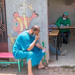 Los taxistas esperan antes de hacerse la prueba de la enfermedad por coronavirus COVID-19 en Rabat, la capital de Marruecos, el 27 de mayo de 2020. (Foto de FADEL SENNA / AFP) | Foto:AFP