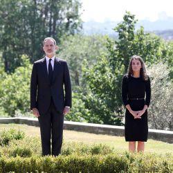 El rey Felipe (2L) de España, a la reina Letizia (2R) y a sus hijas la princesa Leonor (L) y la infanta Sofía (R) observando un minuto de silencio por las víctimas de COVID-19 en el Palacio de la Zarzuela en Madrid el 27 de mayo de 2020, el primer día de los 10 días oficiales de duelo público. (Foto de folleto / Casa de S.M. el Rey / AFP) | Foto:AFP