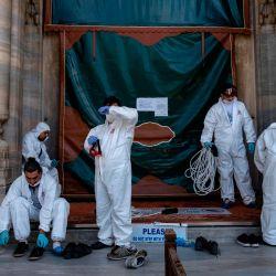 Los trabajadores del municipio de Fatih se toman un descanso mientras desinfectan la mezquita de Suleymaniye antes de su reapertura el último día del Eid al-Fitr en Estambul, el 26 de mayo de 2020, en medio de la propagación de la pandemia COVID-19, causada por el nuevo coronavirus. - El 29 de mayo, Turquía abrirá parcialmente algunas mezquitas para oraciones, siempre que se sigan las reglas de distanciamiento social. El toque de queda se implementó en 81 ciudades turcas, incluida Estambul, del 23 al 26 de mayo de 2020 para frenar la propagación de la pandemia en curso de la enfermedad COVID-19 causada por el coronavirus SARS-CoV-2. El cierre coincide con el festival de Eid al-Fitr, que marca el final del mes de ayuno musulmán del Ramadán. (Foto por Yasin AKGUL / AFP) | Foto:AFP