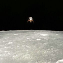 El módulo lunar sobrevolando la superficie de la Luna.