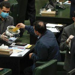 Los legisladores iraníes votan por el nuevo presidente del parlamento en el parlamento iraní en Teherán el 28 de mayo de 2020. - El parlamento recién formado de Irán eligió al ex alcalde de Teherán Mohamad Bagher Ghalibaf como su orador, consolidando el poder de los conservadores antes de las elecciones presidenciales del próximo año. La televisión estatal dijo que el hombre de 58 años recibió 230 votos de los 267 emitidos para asegurar el puesto, una de las posiciones más influyentes en la República Islámica. (Foto por STRINGER / AFP) | Foto:AFP