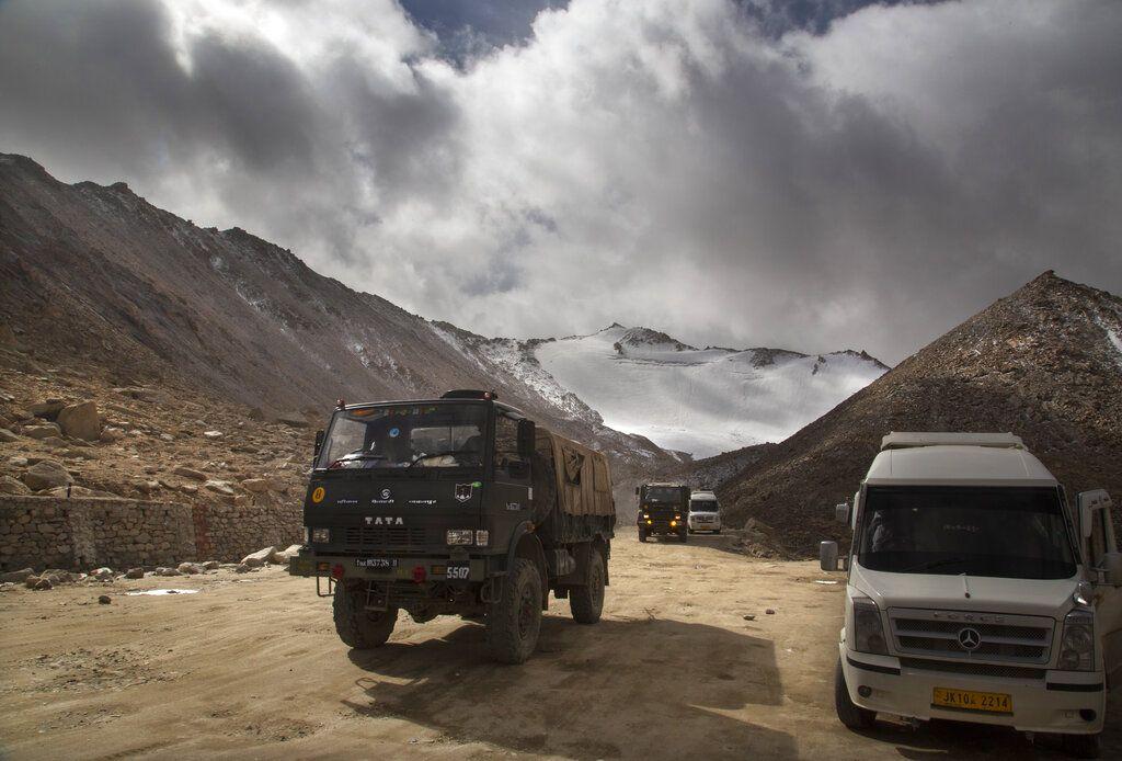 Un camión del ejército indio recorre la zona en disputa.