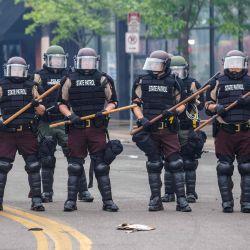 Los agentes de la Policía de la Patrulla Estatal bloquean una carretera en el cuarto día de protestas el 29 de mayo de 2020 en Minneapolis, Minnesota. - Quinientos soldados y aviadores de la Guardia Nacional han sido desplegados en las ciudades del norte de los Estados Unidos de Minnesota y St. Paul después de tres noches de protestas violentas por el asesinato policial de un hombre negro, dijo la fuerza el viernes.  | Foto:AFP