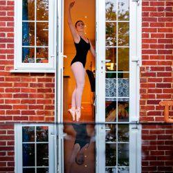 Lara Flux-Doble, de 17 años, baila en casa durante una clase de ballet en línea en Hartley Wintney, un pueblo a 45 millas al suroeste de Londres el 29 de abril de 2020 durante el cierre nacional debido a la nueva pandemia de coronavirus. - Flux-Doble actualmente estudia música, psicología y artes escénicas en Farnborough Sixth Form College y tiene clases de actuación en línea todos los días de la semana, que incluyen tap, ballet, piano y teatro musical. Ella aspira a trabajar en la industria del teatro o en el sector de la salud como fisioterapeuta o terapeuta vocal. (Foto de ADRIAN DENNIS / AFP). | Foto:AFP