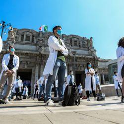Estudiantes de medicina, médicos recién calificados y médicos en formación realizan una protesta frente a la estación central de trenes de Milán el 29 de mayo de 2020, solicitando una reforma educativa de la formación médica, a medida que el país alivia sus medidas de cierre encaminadas a frenar la propagación del COVID-19 infección, causada por el nuevo coronavirus. (Foto de Piero Cruciatti / AFP) | Foto:AFP