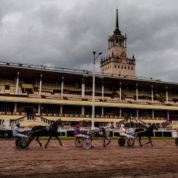 Los jinetes montan sus caballos frente a puestos vacíos en el Hipódromo Central de Moscú el 24 de mayo de 2020, mientras el país adopta medidas para frenar la propagación del COVID-19, el nuevo coronavirus. - Desde mediados de mayo, el Hipódromo de Moscú ha reabierto, la carrera de caballos fue la primera competición deportiva en reanudarse en la capital rusa, a puerta cerrada pero transmitida en vivo. (Foto por Dimitar DILKOFF / AFP) | Foto:AFP