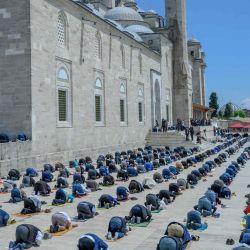 Los fieles con máscaras protectoras mantienen la distancia social requerida durante la oración del viernes frente a la Mezquita Fatih en Estambul el 29 de mayo de 2020, ahora abierta para oraciones, en medio del brote de COVID-19, causado por el nuevo coronavirus. - Los fieles en Turquía celebraron sus primeras oraciones comunales los viernes en 74 días después de que el gobierno reabrió algunas mezquitas como parte de sus planes para aliviar las medidas tomadas para combatir el brote de coronavirus. Las oraciones se llevaban a cabo en los patios de algunas mezquitas, para minimizar el riesgo de infección. (Foto por BULENT KILIC / AFP) | Foto:AFP