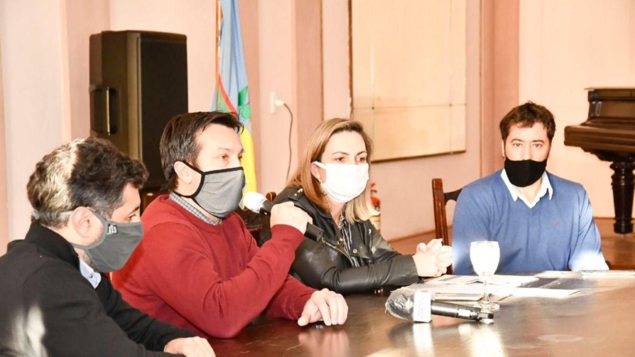 El intendente local Arturo Rojas y la secretaria de Salud, Ruth Kalle, dieron una conferencia de prensa para informar los pasos a seguir.
