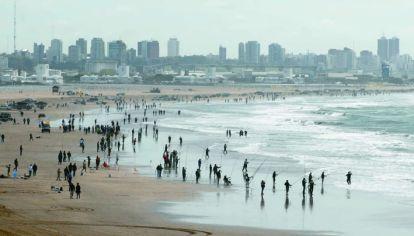 Una postal que, con ciertas restricciones, podrá verse pronto en Mar del Plata, donde en breve habilitarán la pesca de costa, kayak y embarcado.