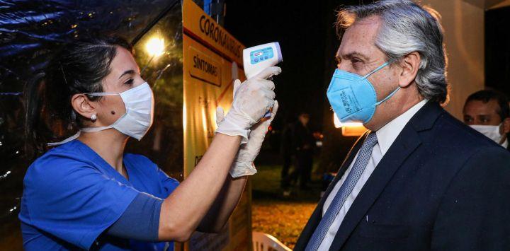 El presidente argentino Alberto Fernández antes de ingresar a la Casa de Gobierno de Misiones en Posadas, Misiones, Argentina, el 28 de mayo de 2020 durante el cierre contra la propagación del nuevo coronavirus. , COVID-19. (Foto AFP / PRESIDENCIA ARGENTINA / COLLAZO ESTEBANO