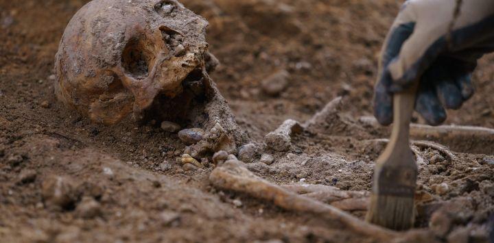 Un arqueólogo trabaja en una excavación realizada por la Asociación Hispanoirlandesa en una capilla en ruinas en Valladolid, que espera identificar los restos del señor rebelde irlandés