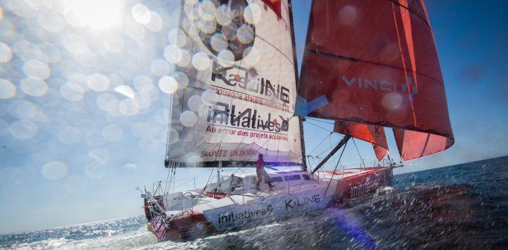 La capitana británica Samantha Davies navega su monocasco Imoca 60