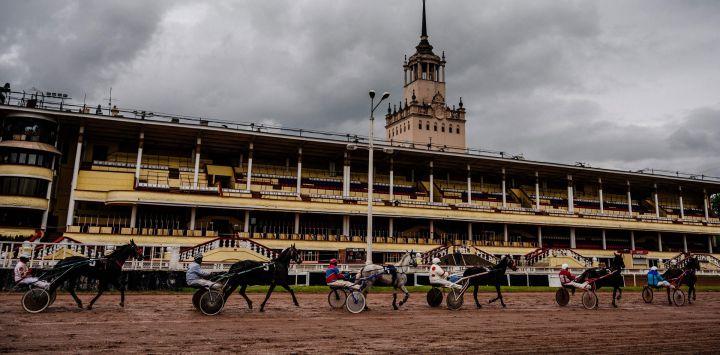 Los jinetes montan sus caballos frente a puestos vacíos en el Hipódromo Central de Moscú el 24 de mayo de 2020, mientras el país adopta medidas para frenar la propagación del COVID-19, el nuevo coronavirus. - Desde mediados de mayo, el Hipódromo de Moscú ha reabierto, la carrera de caballos fue la primera competición deportiva en reanudarse en la capital rusa, a puerta cerrada pero transmitida en vivo. (Foto por Dimitar DILKOFF / AFP)