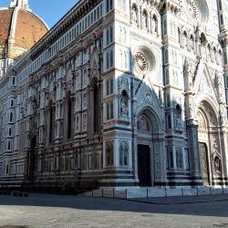 En la Catedral de Florencia, que volvió a recibir público desde el 18 de mayo, los visitantes usan un dispositivo que dispara una alarma cuando dos personas están a menos de un metro de proximidad.