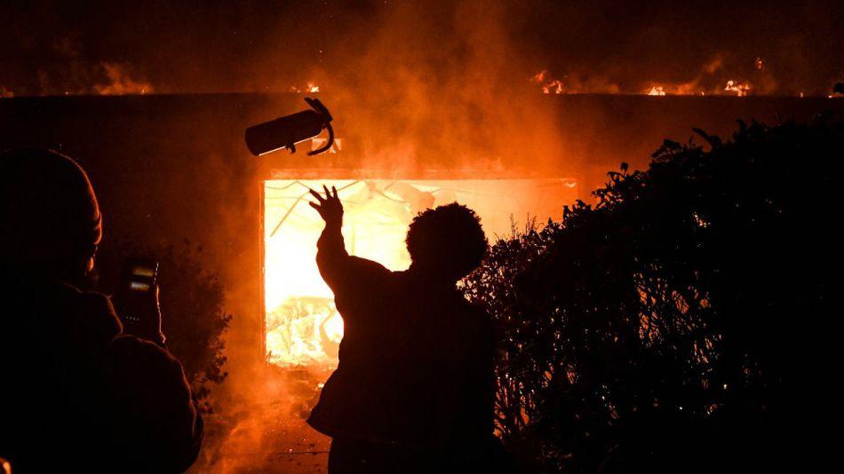 Un edificio en llamas en Minneapolis, este viernes 29 de mayo. La violencia racial tiene en vilo a EE.UU..