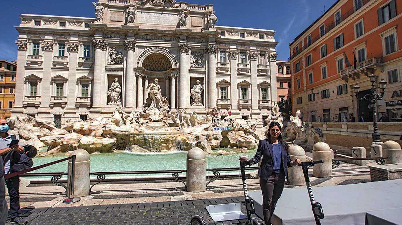 """Roma. Italia inicia la """"desescalada"""" con precauciones. Una visita a la Fontana di Trevi."""