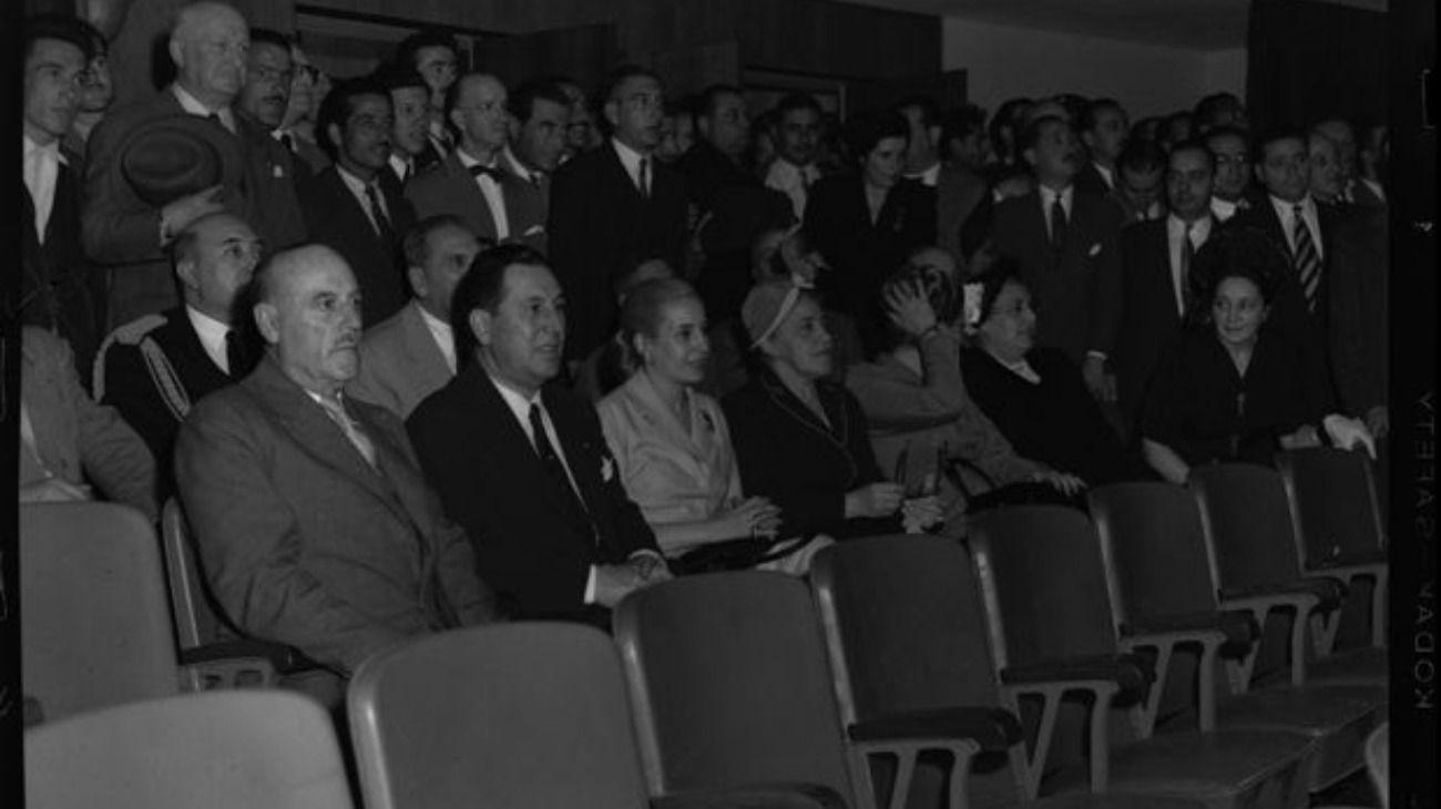 Juan Pistarini, Juan Domingo Perón, Eva Perón y otros en un cine, inauguración del Barrio Perón, en 1949.
