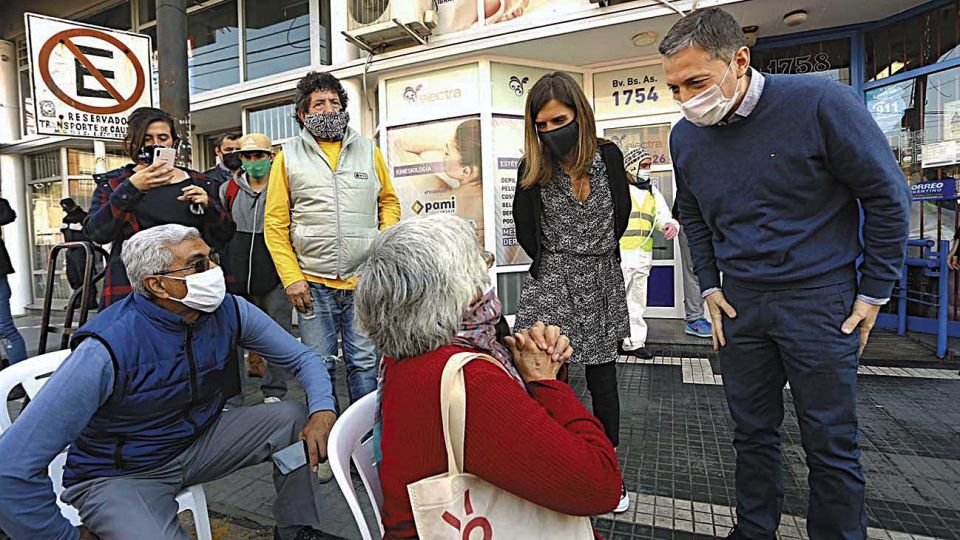 Anses. La titular Fernanda Raverta dialogó con jubilados que esperaban para cobrar su haber.