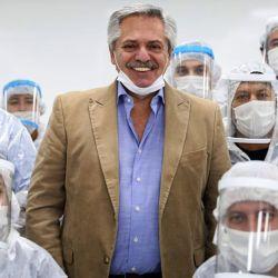 Alberto Fernández junto a trabajadores de una automotriz