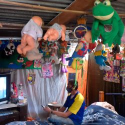 Jorge Ariza, un campesino desplazado por el conflicto armado, mira televisión en su casa construida con materiales reciclados, en Ciudad Bolívar, sur de Bogotá. En medio de la nueva pandemia de coronavirus, lavarse las manos se convierte en un desafío en Este barrio pobre de Bogotá. | Foto:Raúl Arboleda / AFP