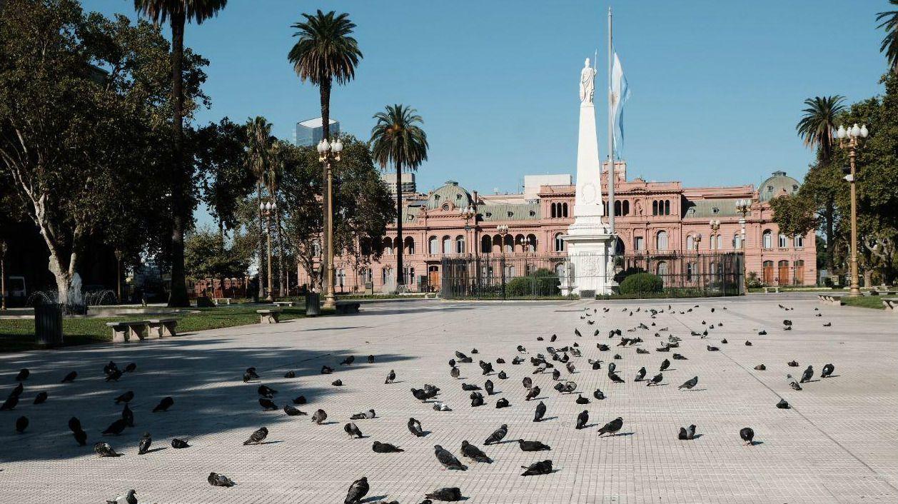 La Plaza de Mayo, frente a la Casa Rosada, sede del gobierno nacional, siempre fue un territorio compartido entre palomas y transeúntes. Las aves ganaron la plaza ante la ausencia de las personas, en una de las zonas más concurridas de la ciudad de Buenos Aires.